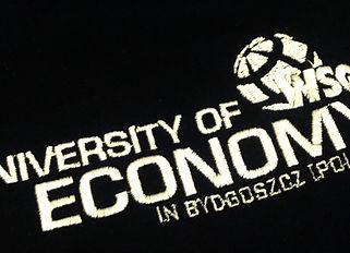 Logo uniwersytetu na koszulce