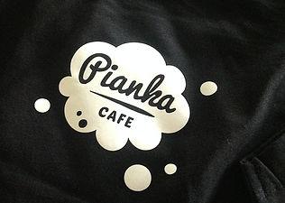 logo firmy na koszulce